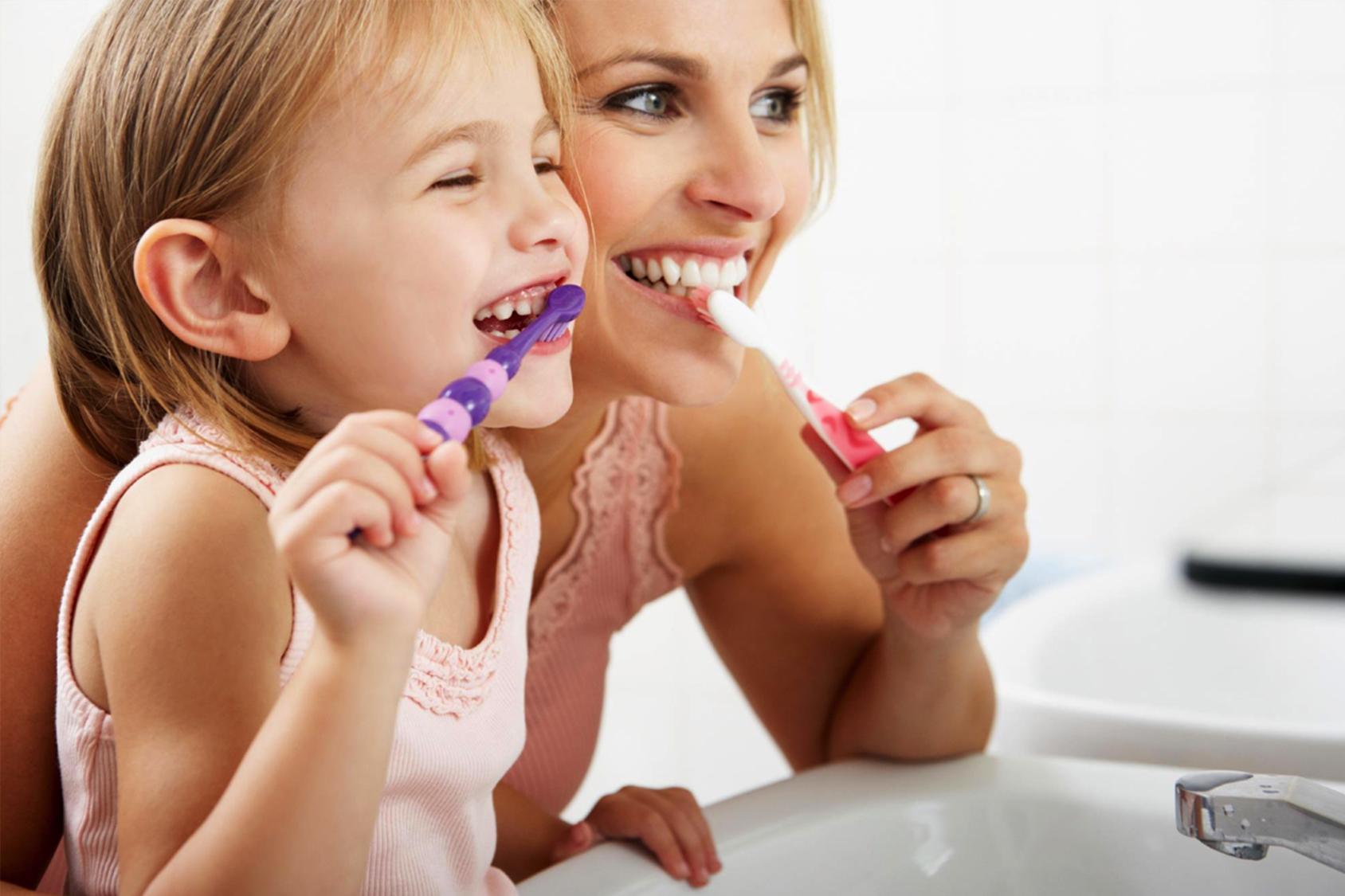 Denti puliti nei bambini: come abituarli al lavaggio quotidiano